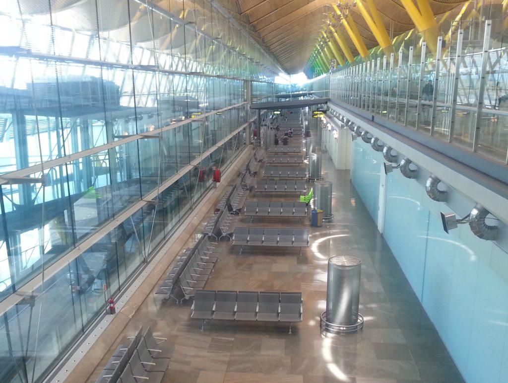 Băng ghế nhà chờ sân bay Madrid